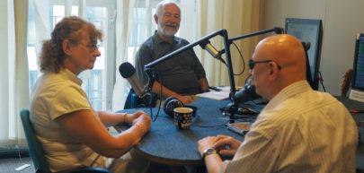 Marek Kalbarczyk, Joanna Moraczewska Gwiazdowska i Jan Pokulski w studio radia WNET