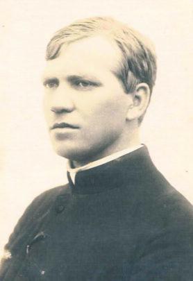 Ksiądz Błażej Nowosad w czasie pracy w parafii Górecko Kościelne.