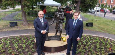 Ambasador Arkady Rzegocki przed pomnikiem Ireny Sendler